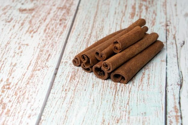 Bastoncini di cannella su un tavolo di legno primo piano di cinamon stick