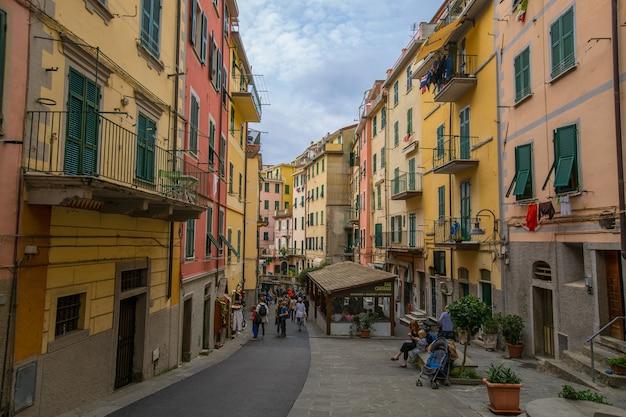 Cinque terre, italia-25 ottobre 2106: villaggio di riomaggiore, turisti che camminano per strada per visitare un edificio colorato in italia.