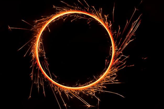Cerchio di fiamme del fuoco del bengala, su sfondo nero
