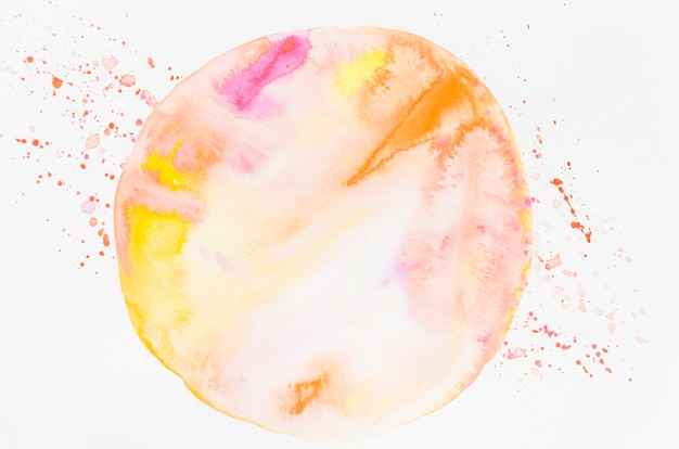 Cerchio dipinto in acquerello su carta bianca