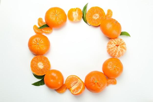 Cerchio di gustosi mandarini su sfondo bianco