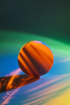 Cerchio con l'ombra di una foglia di palma alla luce al neon. elegante sfondo astratto per mostrare i prodotti.