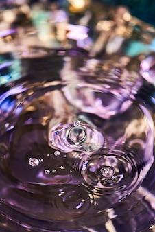 Cerchi sull'acqua limpida
