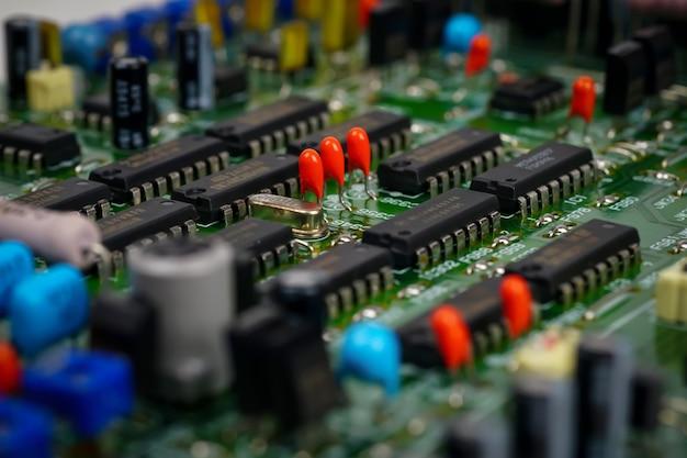 Dettaglio della scheda madre del circuito con componenti elettronici condensatori o resistori di microchip