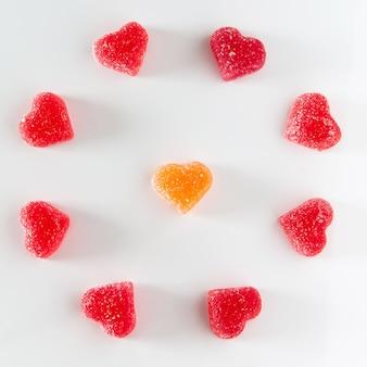 Disposizione circolare di gelatina di frutta rossa dolce a forma di cuore.