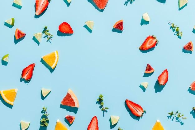 Cornice per alimenti circolare su sfondo blu