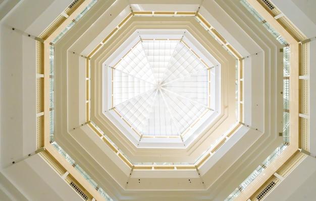 Il tetto circolare in vetro della stazione della metropolitana
