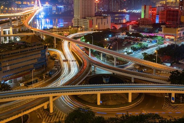 Passaggio circolare ed architettura urbana moderna a chongqing, cina
