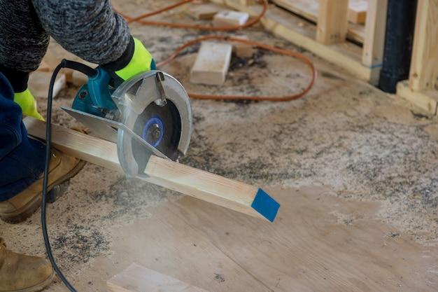 Falegname sega circolare che utilizza per trave di legno