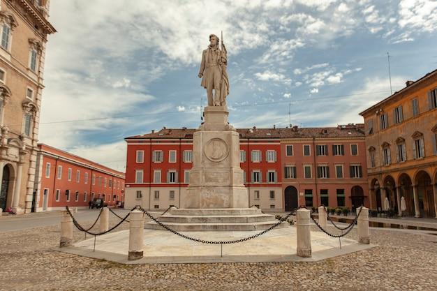 Statua di ciro menotti a modena nella piazza principale della città