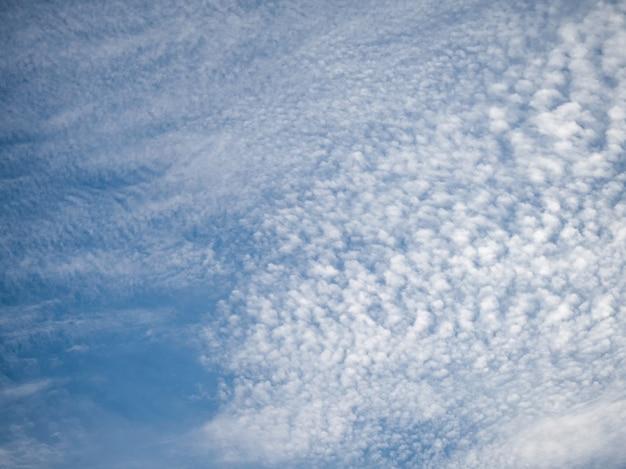 Cirrus-cumulus nuvole in un cielo blu.