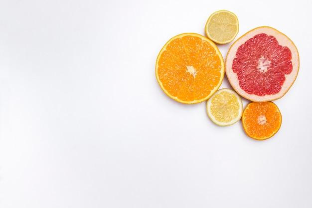Rimedio naturale agli agrumi per il potenziamento dell'immunità. nutrizione medica a casa. lay piatto. copia spazio