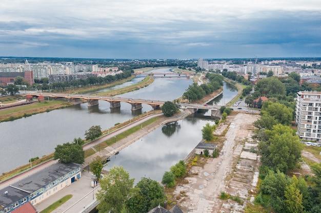 Ponte della città sul fiume azzurro, wroclaw, poland