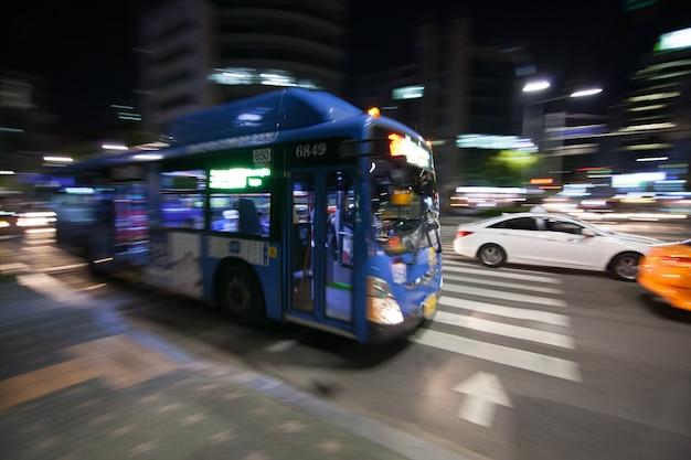 Il movimento dell'autobus urbano è sfocato nella notte a seoul