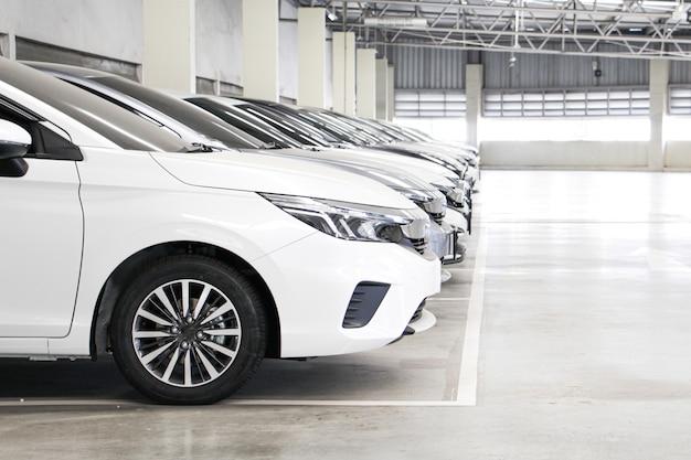 Lotto di city cars in fila nel garage. vendo auto nuova.
