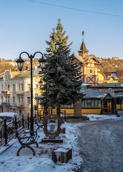 Centro città e il vecchio municipio a chortkiv, ucraina, in una soleggiata giornata invernale
