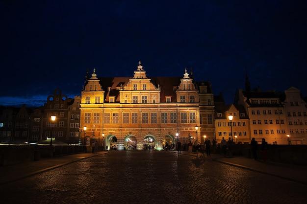 La città di danzica nel nord della polonia di notte