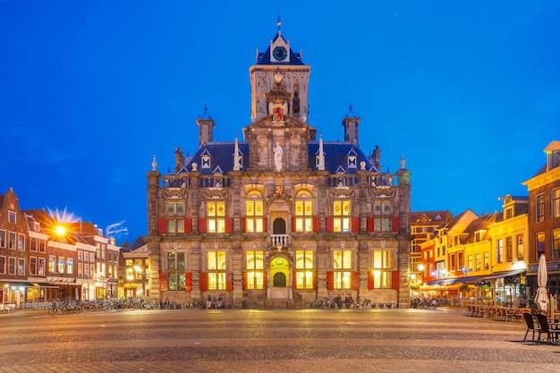 Municipio sulla piazza markt nel centro della città vecchia di notte, delft, olanda, paesi bassi