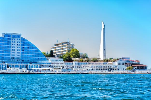 Panorama della città della crimea e della costa del mar nero località turistica di sebastopoli