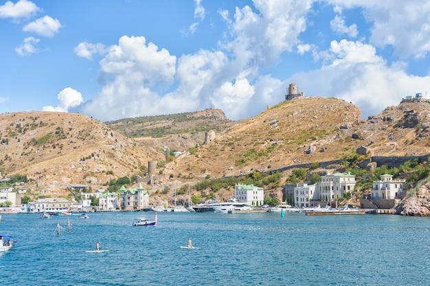 Città del paesaggio della crimea e della costa del mar nero località turistica