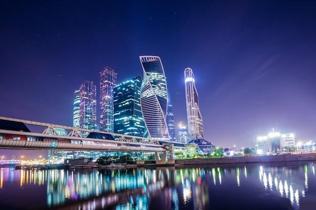 Paesaggio della città con la notte di mosca dei grattacieli