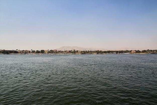 La città di luxor sul fiume nilo in egitto