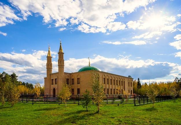 La moschea della città in una luminosa giornata di sole. langepas, siberia.