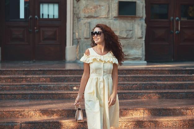 Stile di vita della gente di città - giovane bella donna che cammina giù per le scale