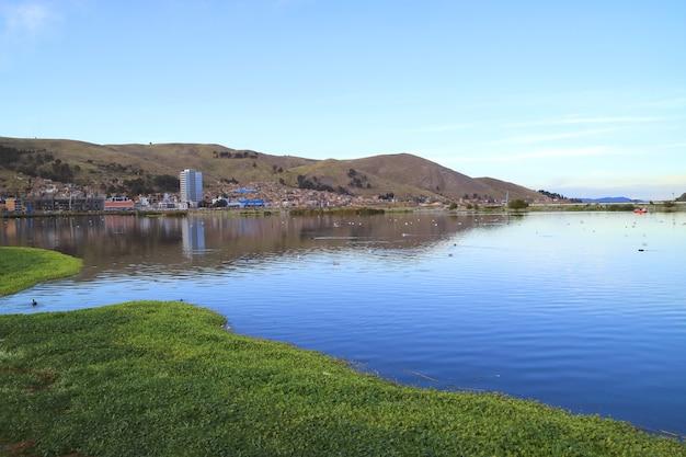 Città di puno sulle rive del lago titicaca, perù