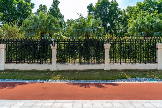 Strade cittadine e alberi paesaggistici Foto Premium