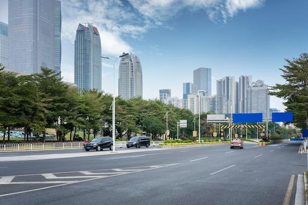Strade cittadine ed edifici moderni