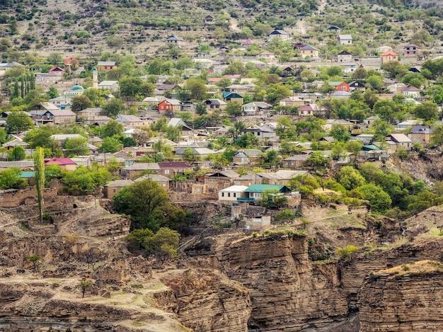 La città sulla roccia. autentico villaggio di montagna del daghestan di salta. russia. vista aerea.