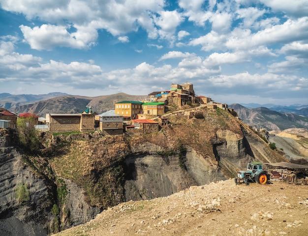 La città sulla roccia. panorama dell'autentico villaggio di montagna del daghestan di choh. russia
