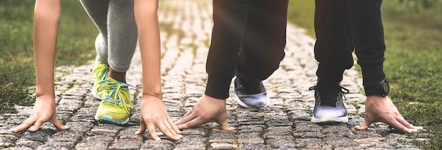 Città in esecuzione coppia fare jogging all'esterno. corridori che si allenano all'aperto lavorando fuori.