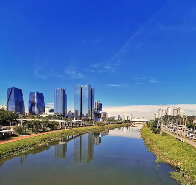 Skyline della città del fiume pinheiros a san paolo.