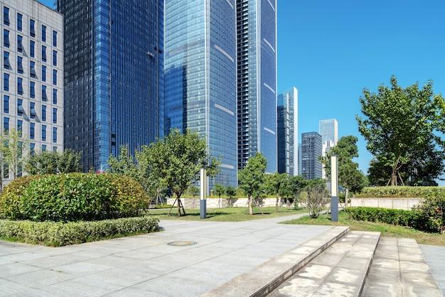 Piazza della città e moderni grattacieli, guiyang, cina.