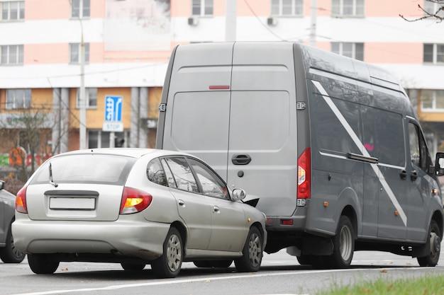 L'auto della strada cittadina si schiantò contro un camion, incidente