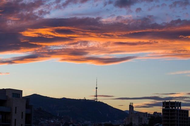 Vista della città e panorama della città di tbilisi, georgia.i tetti di edifici, monumenti di architettura e storia, devono visitare il luogo al tramonto.