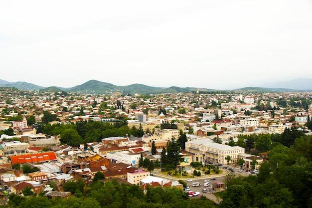 Vista sulla città di vecchi edifici e architettura, vecchia città famosa in georgia e catena montuosa.