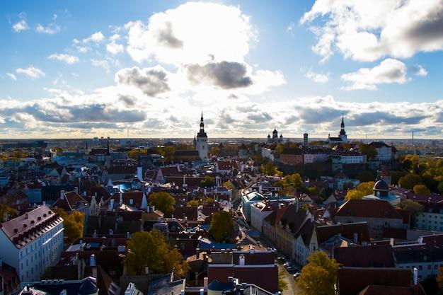 Vista della città di tallinn. vista esterna di edifici e architettura nella città vecchia di tallinn, case colorate in vecchio stile. vista panoramica. architettura estone.