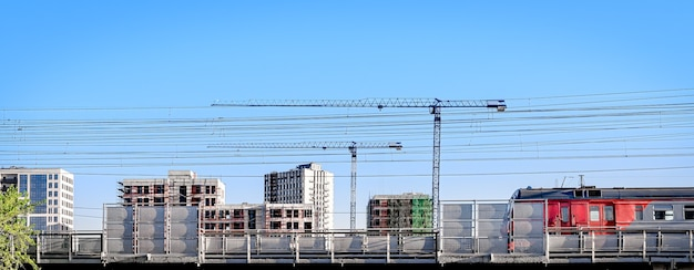 Sfondo del paesaggio urbano con edifici e costruzioni in corso