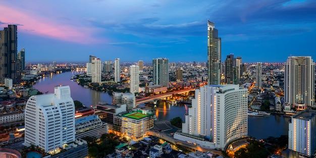 Paesaggio urbano nella città di bangkok dal bar sul tetto in hotel con il fiume chao phraya