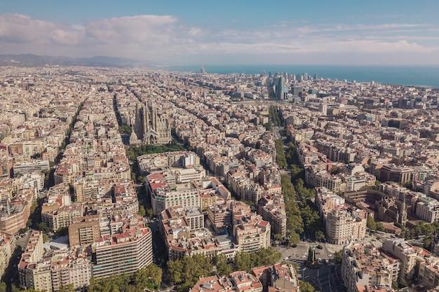 Paesaggio urbano di barcellona al giorno pieno di sole. vista aerea