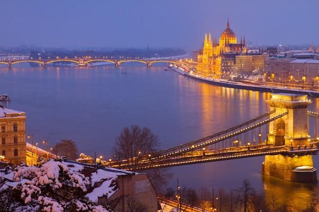 Paesaggio urbano di budapest con fiume danibe e pairlament di notte ungheria