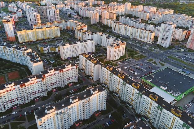 Paesaggio urbano di gomel bielorussia veduta aerea dell'architettura della città strade della città al tramonto vista a volo d'uccello