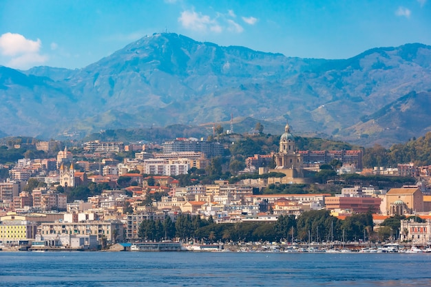 Paesaggio urbano e porto di messina, sicilia, italy