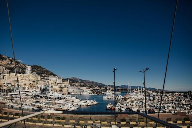 Paesaggio urbano e porto di monte carlo. Foto Premium