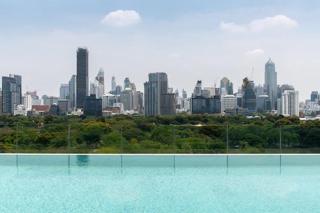 Paesaggio urbano e grattacieli nella città metropolitana con riflesso d'acqua