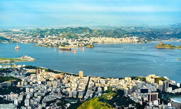 Paesaggio urbano di rio de janeiro e niteroi dal corcovado in brasile