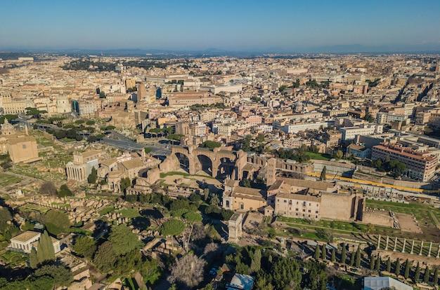 Paesaggio urbano di roma. veduta aerea delle antiche rovine romane